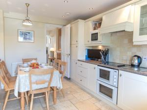A kitchen or kitchenette at Jot Cottage