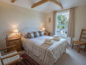 A bed or beds in a room at Jot Cottage