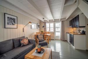 Ein Sitzbereich in der Unterkunft Nyvågar Rorbuhotell - by Classic Norway Hotels
