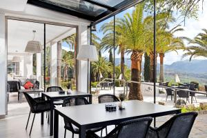 A restaurant or other place to eat at Catalonia Reina Victoria