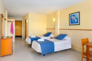 Een bed of bedden in een kamer bij Apartamentos Vibra Tropical Garden