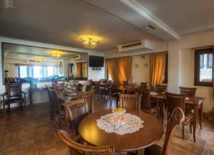 Un restaurante o sitio para comer en Guesthouse Konstantinos Bakaris