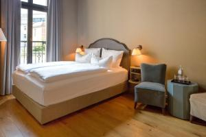 A bed or beds in a room at Monbijou Hotel