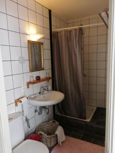 Een badkamer bij Johan's Lodge