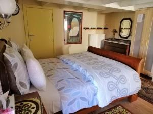 Een bed of bedden in een kamer bij Johan's Lodge