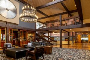 The lobby or reception area at Valley River Inn Eugene/Springfield