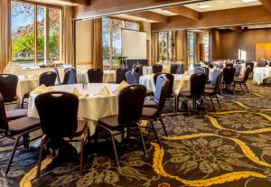 A restaurant or other place to eat at Valley River Inn Eugene/Springfield