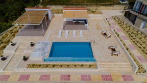 Vista sulla piscina di The Leaf House o su una piscina nei dintorni