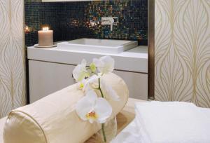 A bathroom at Tiffany Hotel