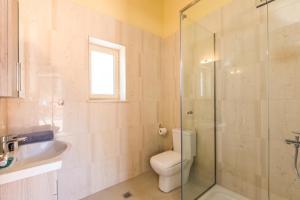A bathroom at Moraitis Mansion
