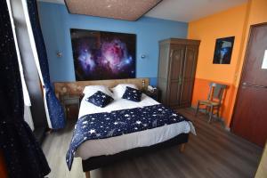 A bed or beds in a room at Hôtel De Calais