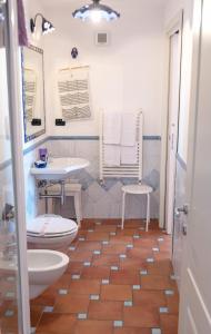 A bathroom at B&B Il Porticciolo di Amalfi