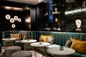 The lounge or bar area at Academias Hotel, Autograph Collection