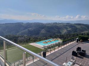 A view of the pool at Quinta da Corujeira or nearby