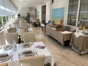 A restaurant or other place to eat at Grand Hotel Playa