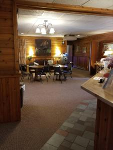 A restaurant or other place to eat at St. Croix Inn