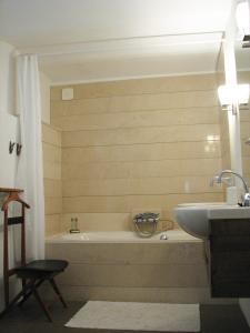 A bathroom at Bed & Breakfast Pluweel