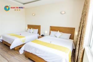 A bed or beds in a room at Hoang Yen Hotel 2