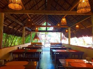 A restaurant or other place to eat at Pousada Doze Cabanas
