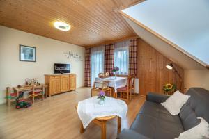 Ein Sitzbereich in der Unterkunft Urlaub am Lacknerhof - Familie Klocker