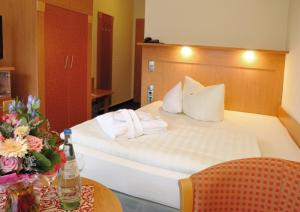 A bed or beds in a room at Hotel Königshof