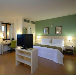 A television and/or entertainment centre at Rede Concept - Hotel Salvador