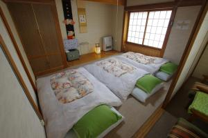 A bed or beds in a room at Hakuba Ski-Kan
