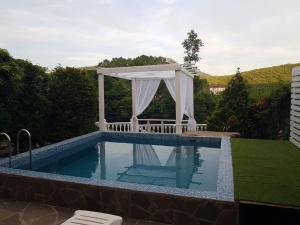 Бассейн в Guest House Praid или поблизости