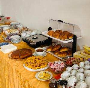 Breakfast options available to guests at Alice Hotel