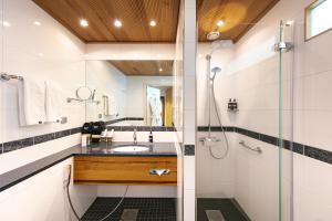A bathroom at GLO Hotel Sello
