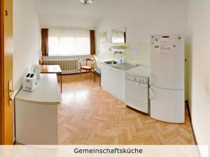 A kitchen or kitchenette at Pension Keinath