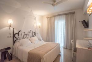 A bed or beds in a room at Hotel Sa Volta