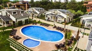 منظر المسبح في Alfa Suites & SPA او بالجوار