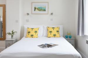 A bed or beds in a room at Oystercatcher Apartments