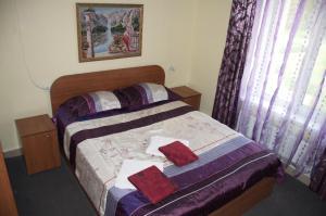 Кровать или кровати в номере Приозерье