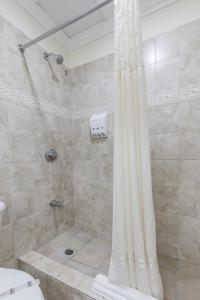A bathroom at Bay Gardens Hotel