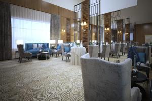 Um restaurante ou outro lugar para comer em Lavona Tiba Hotel