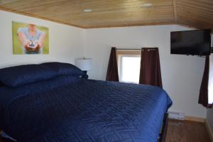 A bed or beds in a room at Bird Island B&B