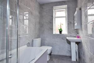 A bathroom at Lime House Hotel