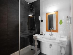 A bathroom at Ghent River Hotel