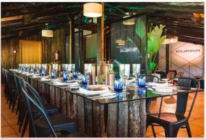 Un restaurante o sitio para comer en Hotel Quercus Tierra