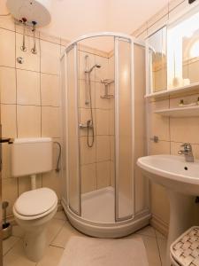 A bathroom at Apartments Nada