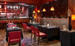 Un restaurante o sitio para comer en Caleia Mar Menor Golf & Spa Resort