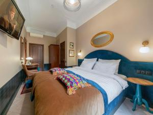 A bed or beds in a room at Greenwich by Friends