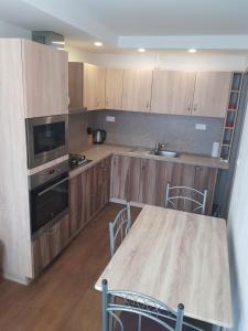 Kuchyňa alebo kuchynka v ubytovaní VIP Apartmány Žabník