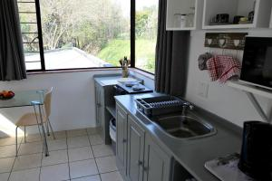 A kitchen or kitchenette at Spacious cottage in Parkhurst