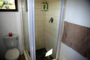 A bathroom at Spacious cottage in Parkhurst