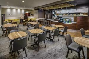 The lounge or bar area at Courtyard Charlotte City Center