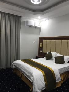 Cama ou camas em um quarto em ابراج الحوية للوحدات السكنية