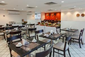 A restaurant or other place to eat at Mercure Recife Navegantes
